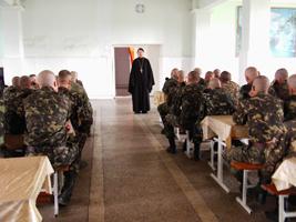 иерей Димитрий Корецкий проводит лекцию для военнослужащих