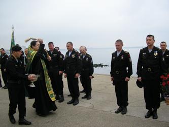 иерей Богдан (Костенко) окропляет святой водой морских пехотинцев