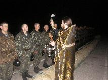 иерей Димитрий Кротко освещает парашюты