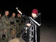 иерей Димитрий Корецкий освещает парашюты