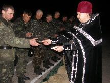 иерей Димитрий Корецкий вручает солдатам иконы-триптихи